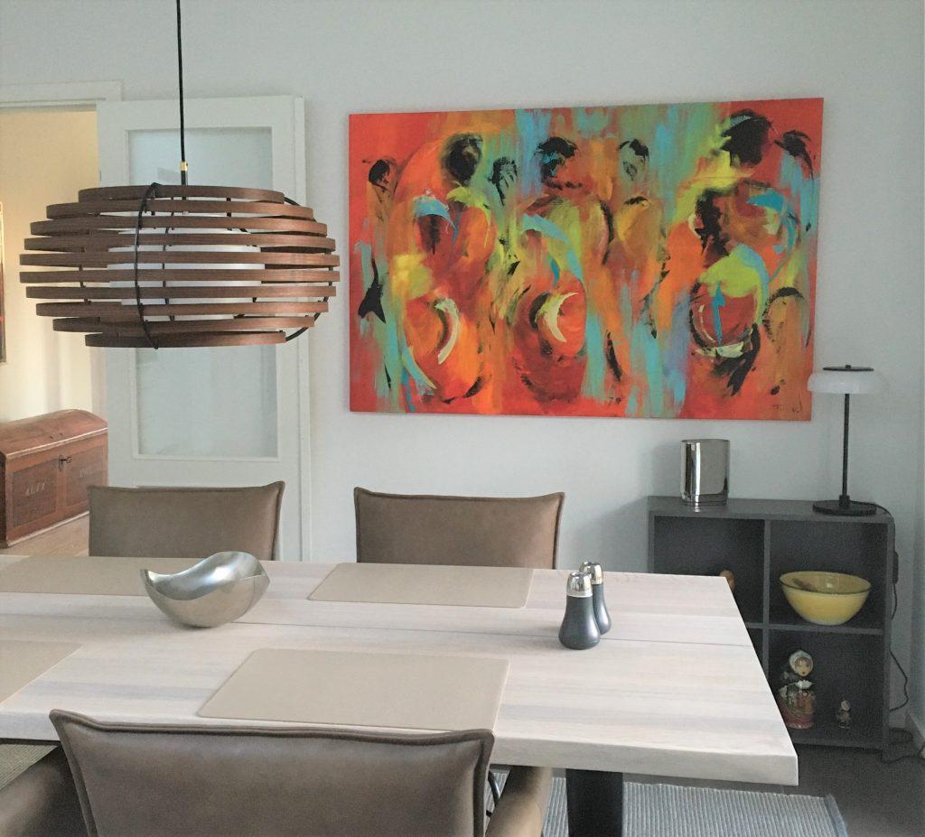Moderne boligere passer flot med farverig og abstrakt kunst