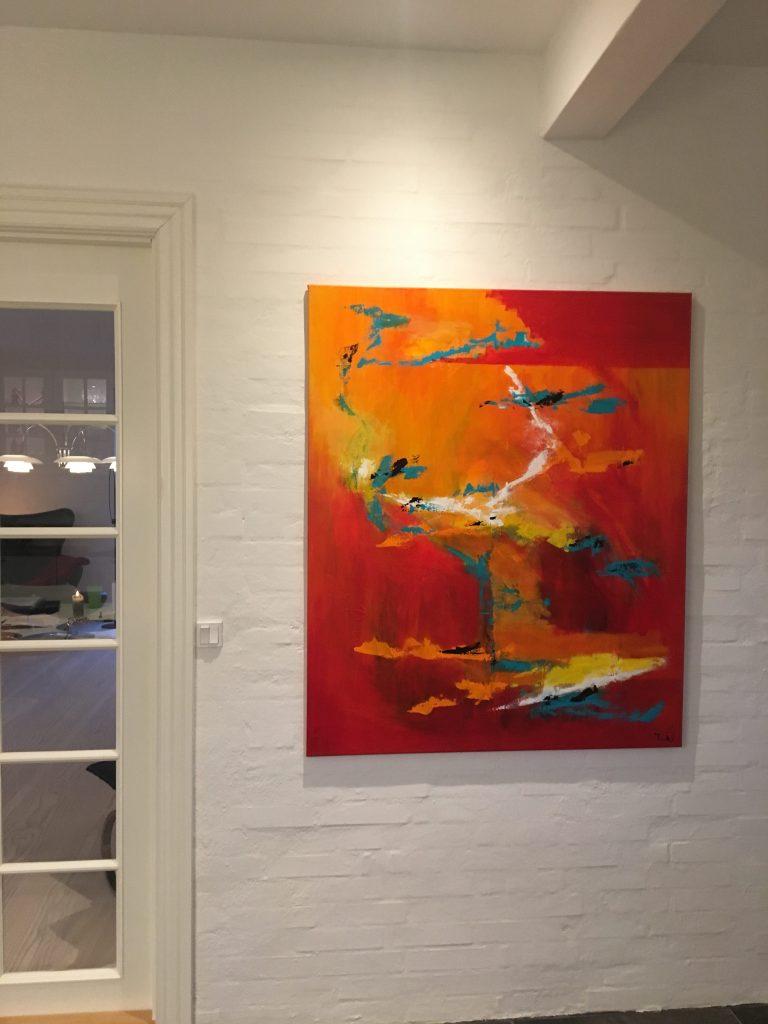 Til den nordiske boligindretning er det smukt med abstrakte og farverige malerier