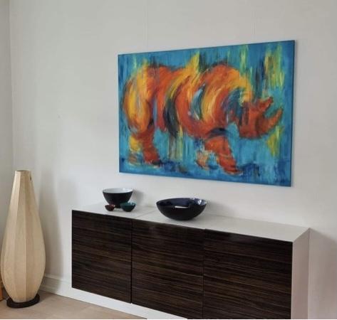Flot, farverigt og abstrakt maleri af næsehorn til stuen